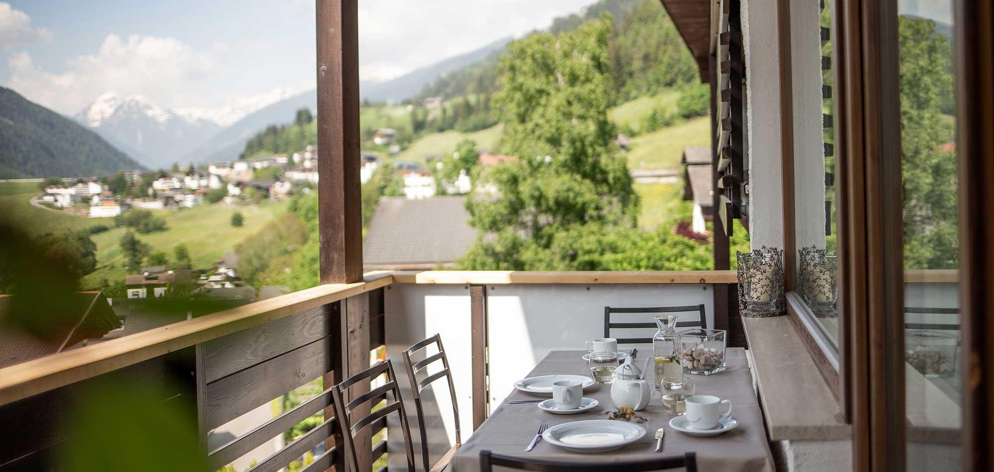 Apartemento balcone colazione